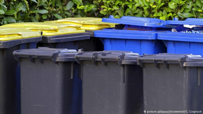 Different recycling bins (picture-alliance/blickwinkel/G. Czepluch)