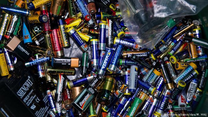 batteries (picture-alliance/dpa/M. Hitij)