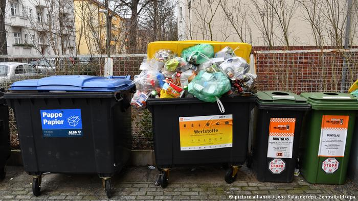 Overflowing bin (picture alliance / Jens Kalaene/dpa-Zentralbild/dpa)
