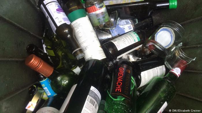 Glass bottles (DW/Elizabeth Greiner)