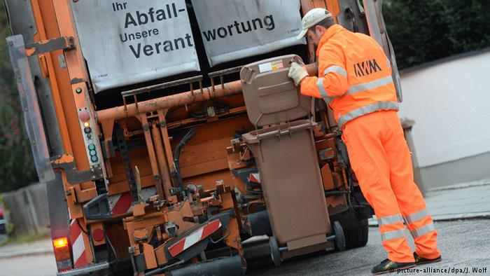 Garbage collection in Germany (picture-alliance/dpa/J. Wolf)