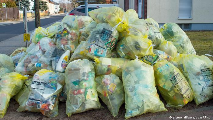 Yellow plastic bags (picture alliance/dpa/P.Pleul)